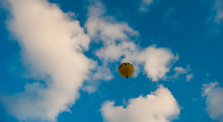 Image: hotair balloon corporate sporting event organized by Benchmarc360.